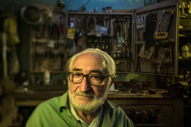 O músico José Davino Rosa, 79, na oficina em que faz carpintaria, serralheria e outros trabalhos manuais