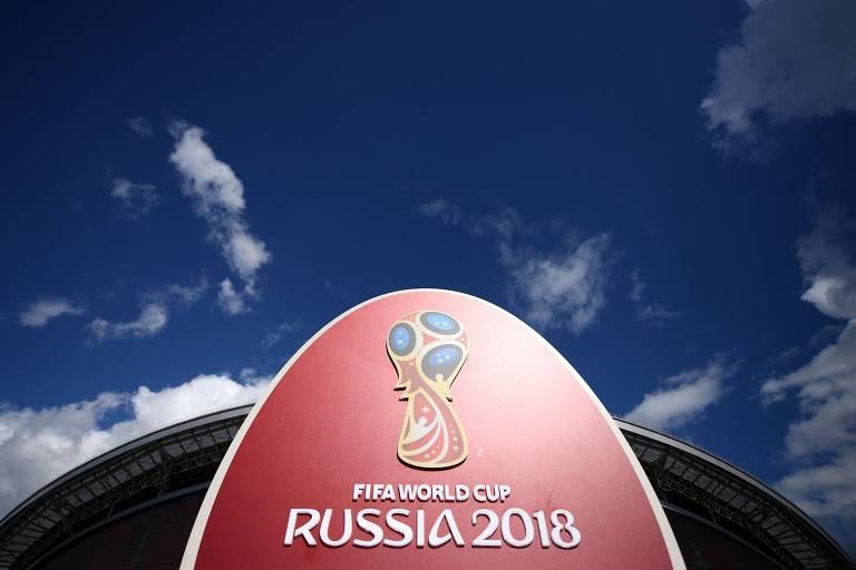 Logo da Copa de 2018 em frente ao estádio de Kazan