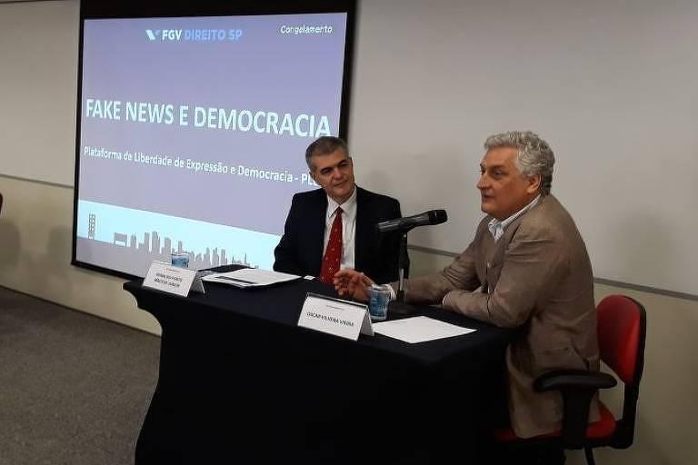 """Professor Oscar Vilhena (à dir.), colunista da Folha, fala em evento """"Fake News e Democracia"""""""