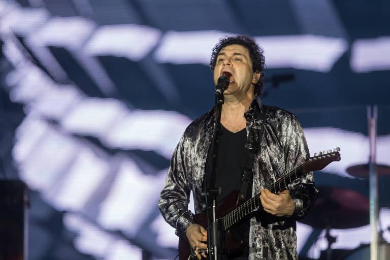 O cantor Frejat canta durante apresentação