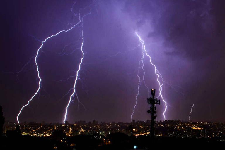 Raios caem sobre a capital paulista durante temporal