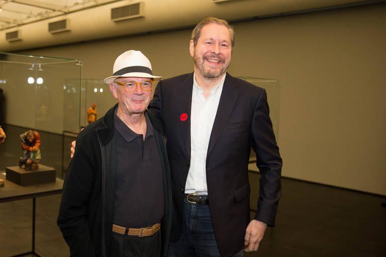 O artista Guto Lacaz (chapeu) e o escritor Pedro Correa do Lago