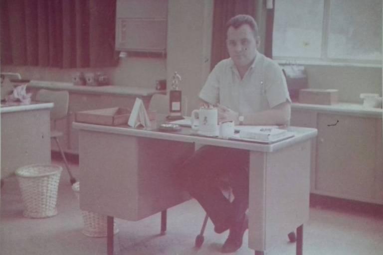 Heinrich Plagge (1939-2018) em sua mesa na Volkswagen