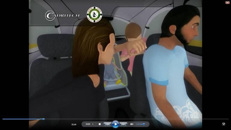No carro da família, a madrasta agride a enteada na testa com um objeto pontiagudo. Como indício, são apontadas manchas de sangue no interior do veículo