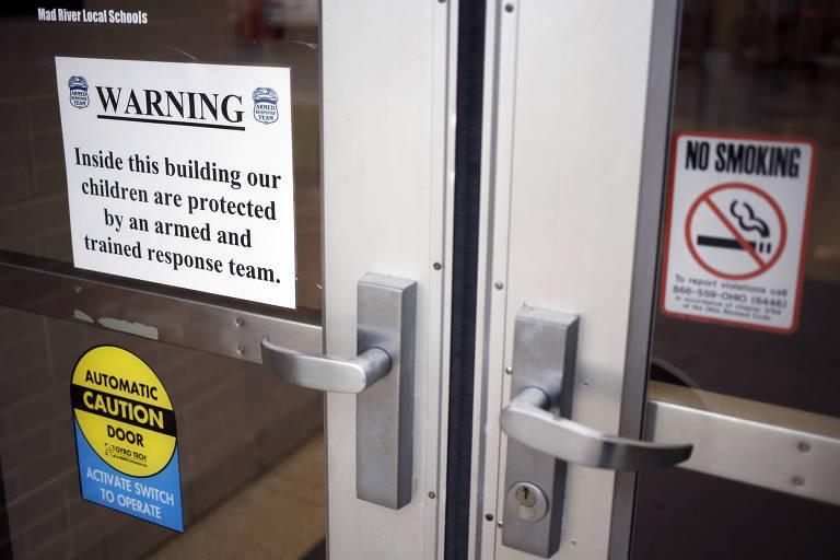 Entrada de prédio da administração do distrito escolar de Mad River tem aviso sobre funcionários armados