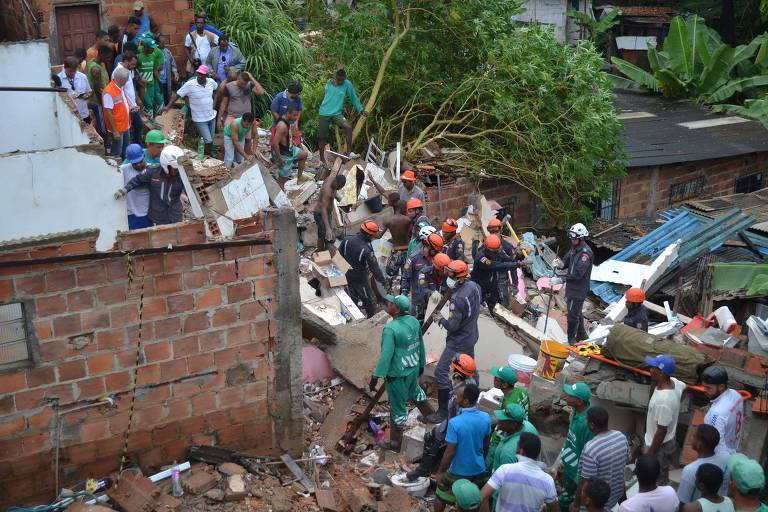Foto mostra escombros de prédio que desabou no bairro de Pituaçu, em Salvador, nesta terça (13)