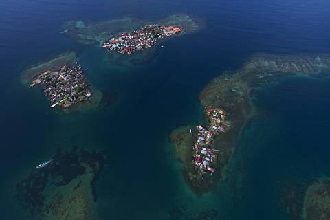 COMARCA GUNA YALA, PANAMÁ 10/12/2017. Ilhas na região de Carti na Comarca Guna Yala totalmente ocupadas. Além da superpopulação, algumas ilhas do arquipélago estão muito expostas a variação do nível do mar, forçando a comunidade a se reassentar no continente.( Foto: Lalo de Almeida ) CIENCIA *** EXCLUSIVO FOLHA*** *** lalo panama tratada *** ORG XMIT: AGEN1801181318555614