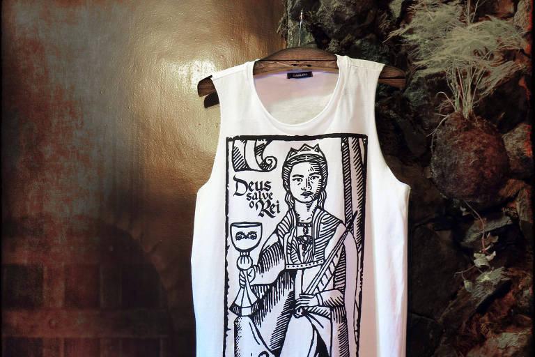 """Camiseta da Cavalera inspirada em """"Deus Salve o Rei"""""""
