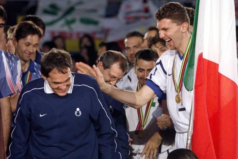 O técnico brasileiro Bebeto de Freitas, da seleção da Itália de vôlei masculino, considerado o melhor no Campeonato Mundial, no Japão. À direita, o meio-de-rede Gardini