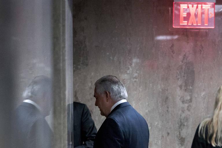 Rex Tillerson deixa sala de conferência no Departamento de Estado americano