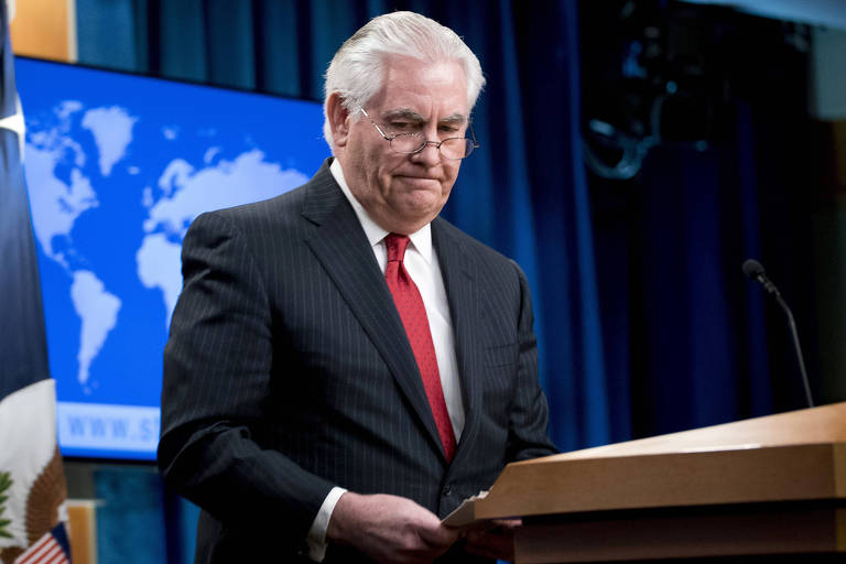 Rex Tillerson deixa o púlpito onde fez seu discurso após ser demitido pelo presidente Donald Trump do cargo de secretário de Estado
