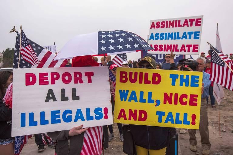 Apoiadores do presidente Donald Trump carregam cartazes a favor da construção do muro na fronteira com o México e da deportação de imigrantes ilegais em San Diego, na Califórnia