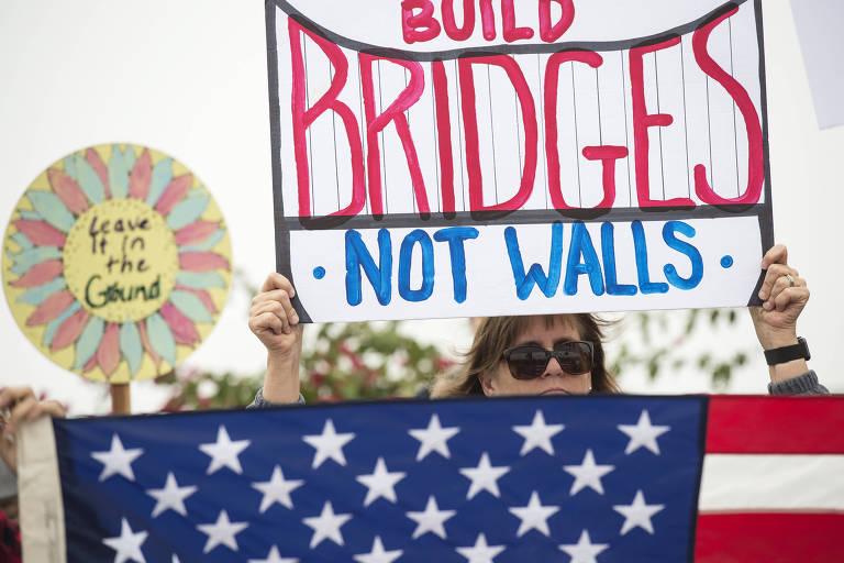 Manifestantes contrários ao presidente Donald Trump protestam contra a construção do muro na fronteira com o México antes de sua visita a San Diego, na Califórnia