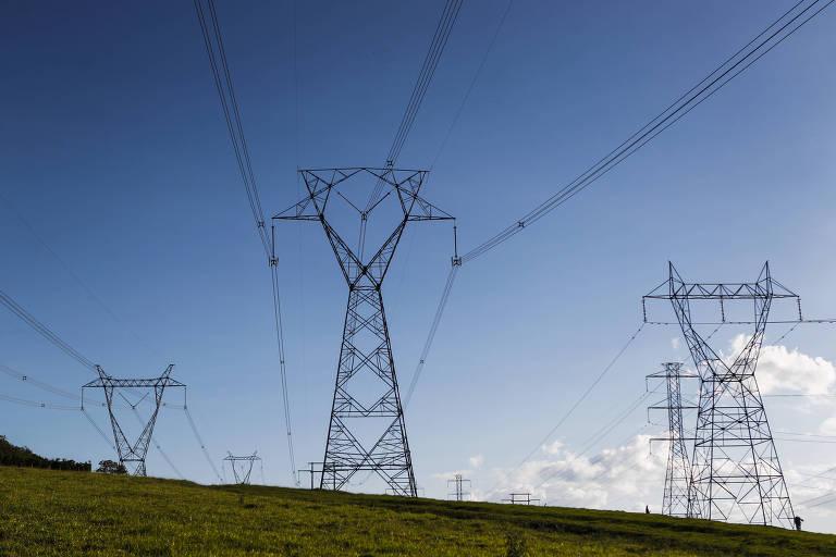 Torres de transmissão de energia elétrica em zona rural de Pernambuco