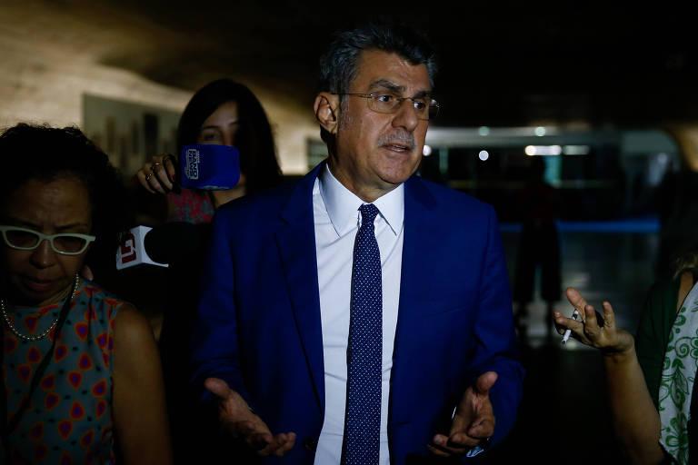 O senador Romero Jucá fala com jornalistas sobre a decisão do STF