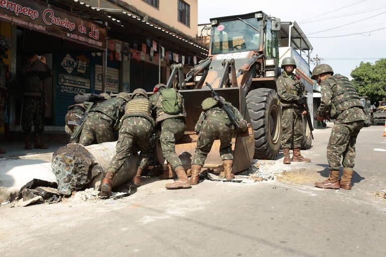 Militares removem barricadas da rua durante operação na Vila Kennedy, zona oeste do Rio