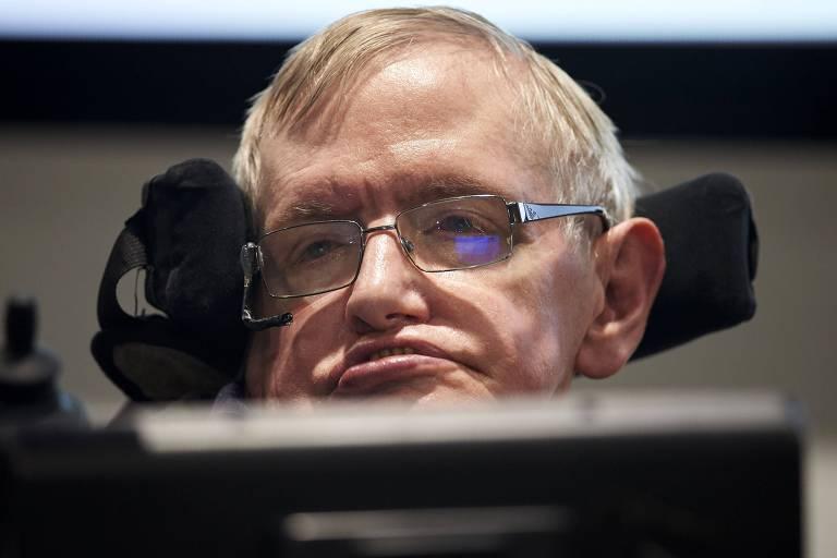 O físico britânicoem evento na Universidade de Cambridge, em 2016; cientista morreu nesta quarta-feira (14) aos 76 anos