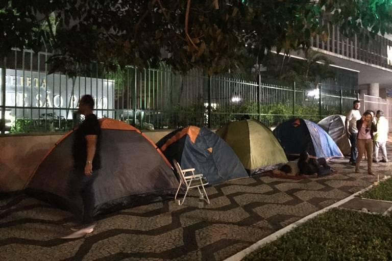 Professores passaram a madrugada acampados em frente à Câmara de São Paulo