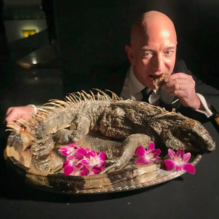O CEO da Amazon, Jeff Bezos, come uma iguana durante o jantar anual do The Explorers Club, em Nova York, no último sábado (10)