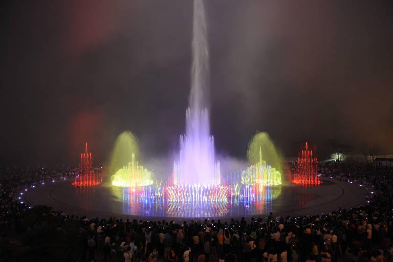 A fonte tem o formato de um círculo, onde sentam pessoas em volta, à noite. Não é esculpida; os jatos saem de buracos no chão, iluminados por diferentes cores. No centro, há o mais alto deles, com impressão de ultrapassar os dez metros de altura