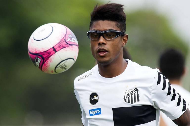 Bruno Henrique, meia-atacante do Santos, participa de treino usando óculos  especiais 8f04368cf9