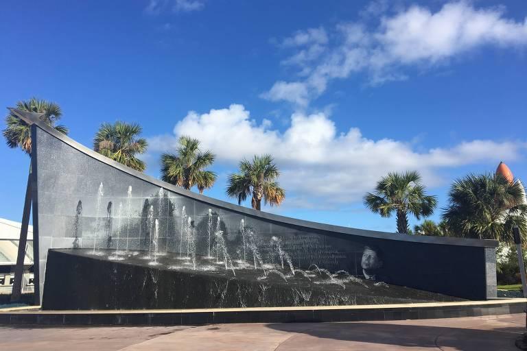 """Painel em homenagem ao ex-presidente dos EUA John  Kennedy, considerado """"pai""""do programa espacial dos EUA, no Kennedy Space Center"""