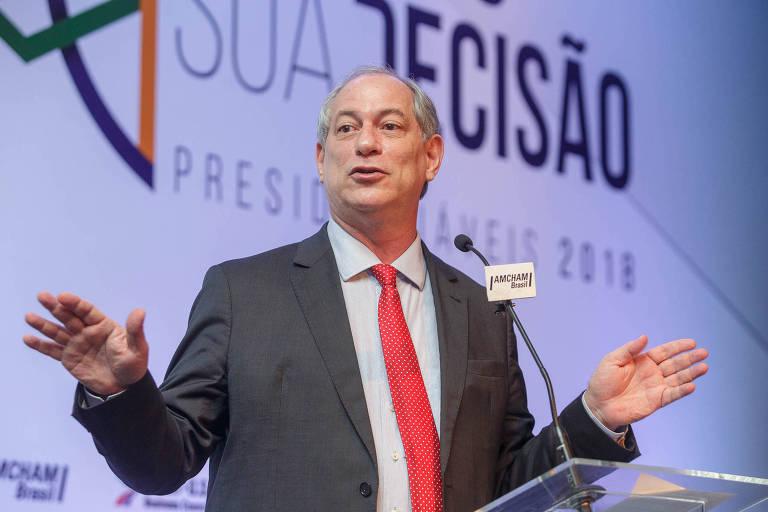 Ciro Gomes gesticula durante palestra