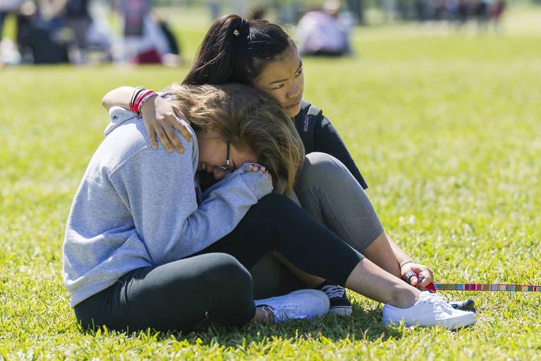 Centenas de estudantes saíram de classe para protestar contra a violência armada no aniversário de um mês do tiro ao Marjory Stoneman Douglas High School na Flórida