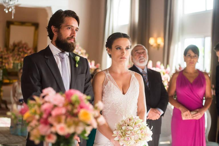 Casamento de Clara (Bianca Bin) e Renato (Rafael Cardoso) em 'O Outro Lado do Paraíso' (Globo)