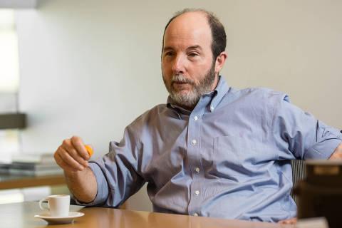 RIO DE JANEIRO, RJ, 02.08.2017: ARM�NIO-FRAGA - O economista Armínio Fraga, ex-presidente do Banco Central, em seu escritório no Rio de Janeiro. (Foto: Ricardo Borges/Folhapress)
