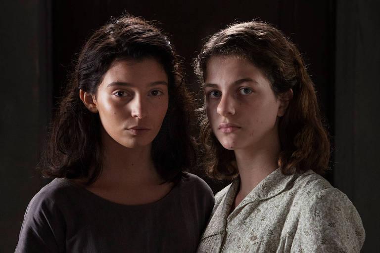 Da esq. para dir. Gaia Girace e Margherita Mazzucco, que interpretam respectivamente Raffaella Cerullo, a Lila, e Elena Grego, a Lenu, na série da HBO 'A amiga genial'