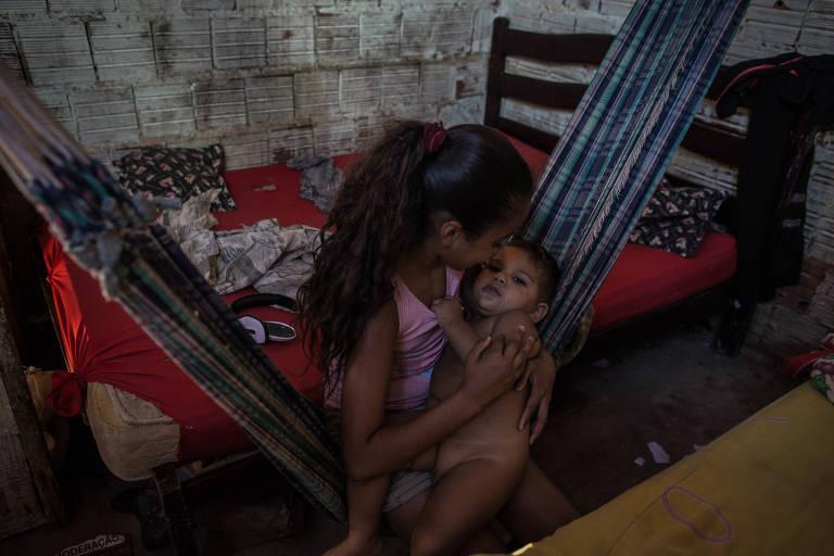 Em Juazeiro do Norte (CE), menina cuida de filho de casal de vizinhos