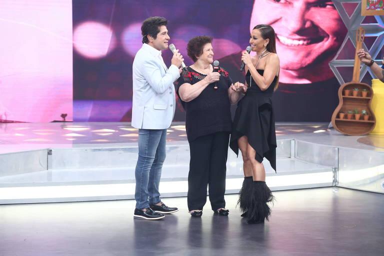 Sabrina Sato com Daniel e a mãe do cantor em seu programa na Record