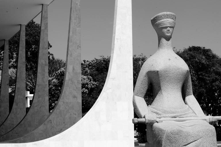 Estátua da Justiça, em frente ao STF; corte deve julgar ações sobre o pagamento de auxílio-moradia a juízes