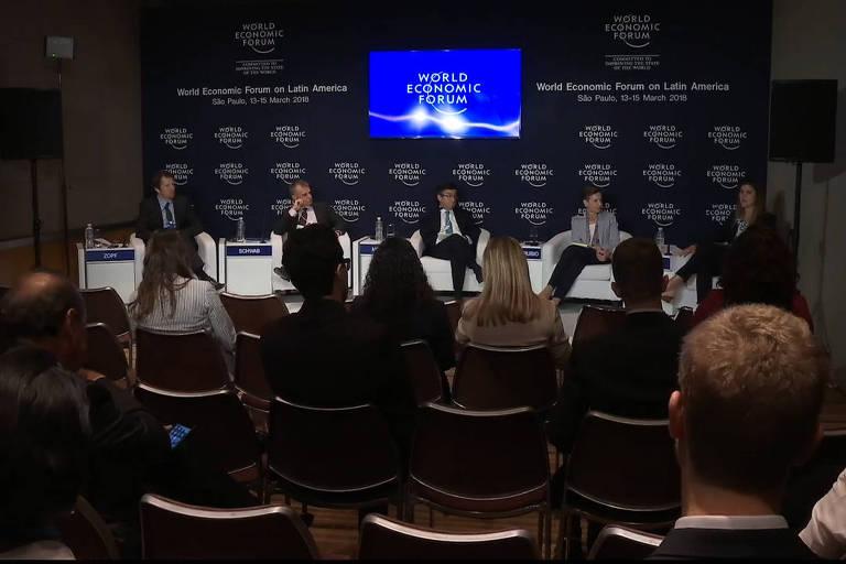 Mesa no Fórum Econômico Mundial com o presidente do BID, Luis Alberto Moreno
