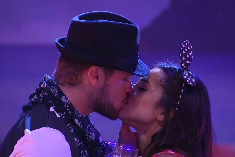 Breno e Paula se beijam na festa rock no BBB 18 (Globo)