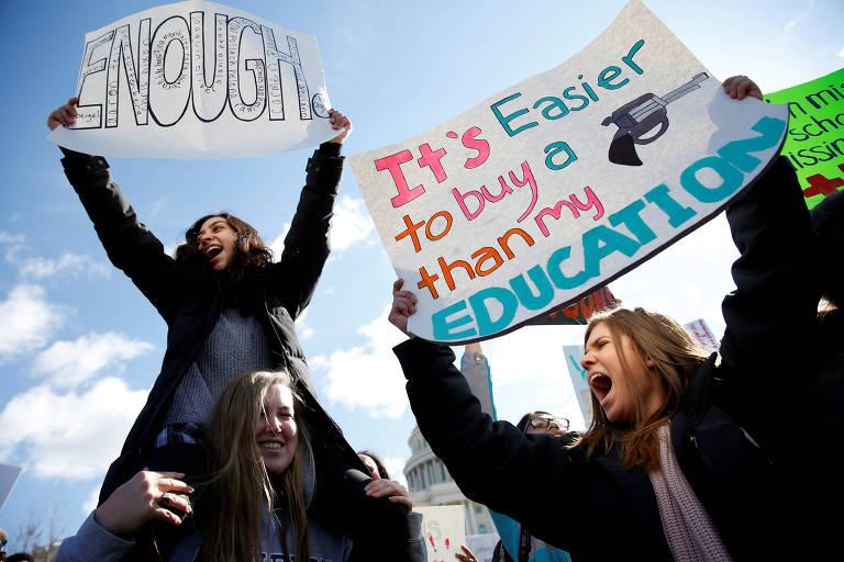 Alunos de escolas de Washington protestam por mais controle de armas em manifestação em frente ao Congresso