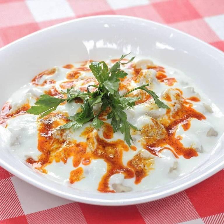 O manti é uma espécie de ravióli de carne com molho de iogurte servido na Casa Turca