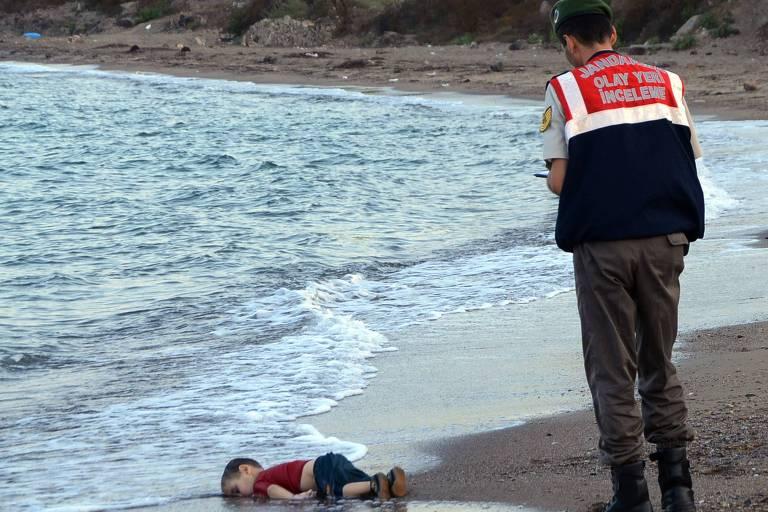 Investigador paramilitar investiga naufrágio do qual o menino Alan Kurdi, 3, foi vítima ao tentar sair de Bodrum, na Turquia