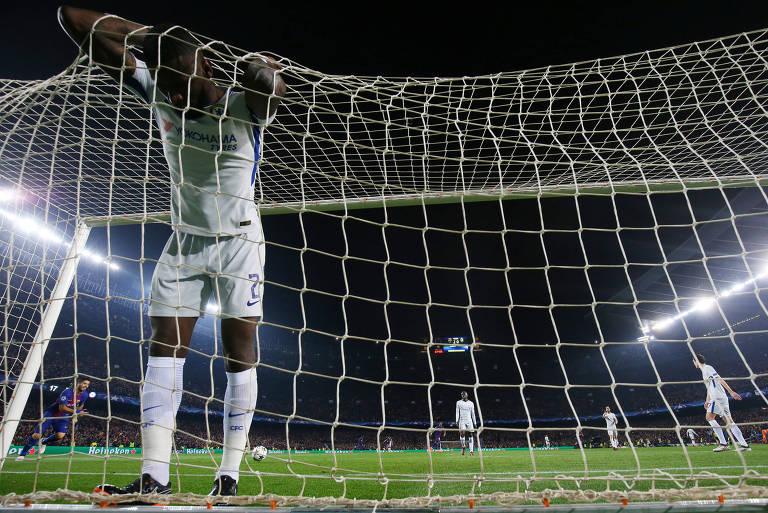 O zagueiro Rudiger, do Chelsea, lamenta após Messi marcar o terceiro gol da vitótia do Barcelona