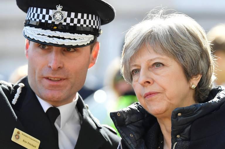 A primeira-ministra britânica Theresa May fala com chefe da polícia local em Salisbury, onde aconteceu o ataque a ex-espião russo