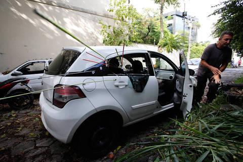 Imagens mostram Marielleentrando no carro e outro veículo saindo atrás dela