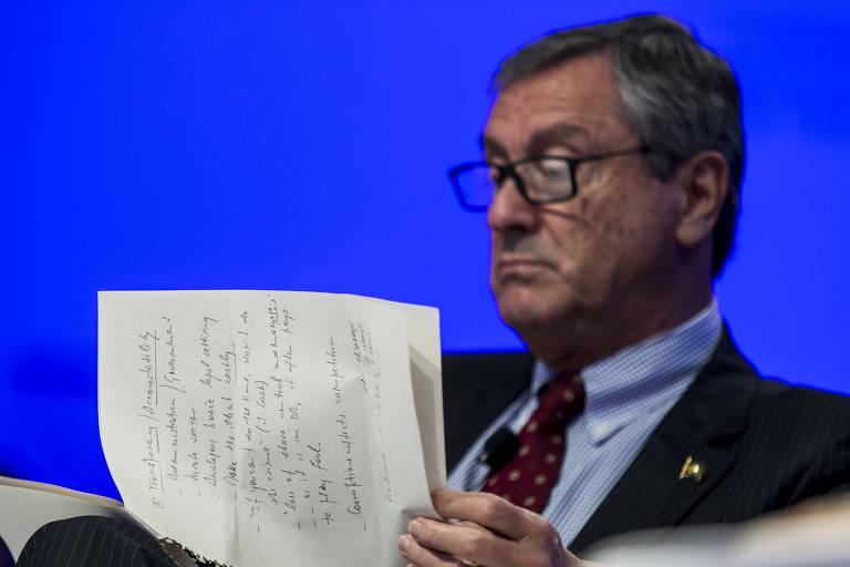 Ministro da Justiça, Torquato Jardim, lê anotações durante fórum econômico mundial