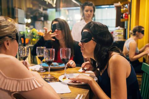 São Paulo, SP, Brasil, 07-03-2018: Jantar às cegas no bistrô Duas Terezas, comandado pela chef Mariana Pelozio. (foto Gabriel Cabral/Folhapress)