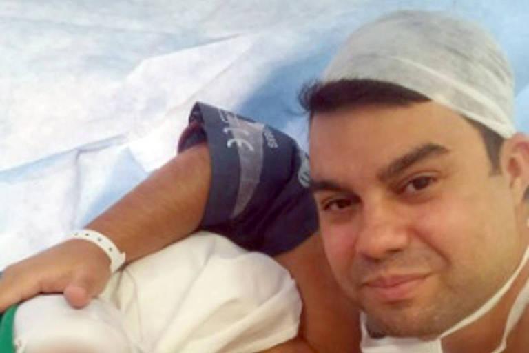 Anderson Gomes, motorista da vereadora Marielle Franco, ao lado da mulher e filho recém nascido, em junho de 2016