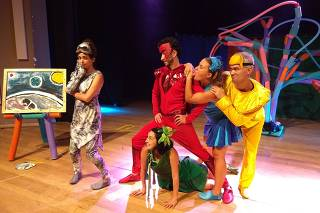Grupo de teatro encena 'Flicts', história de Ziraldo sobre cor diferente