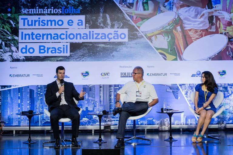 Rubens Schwartzmann, presidente do conselho de administração da Abracorp (associação de agências de viagens corporativas), José David Xavier, presidente do Hopi Hari, e Flavia Matos, gerente de políticas públicas da Airbnb no Brasil, durante o seminário em São Paulo