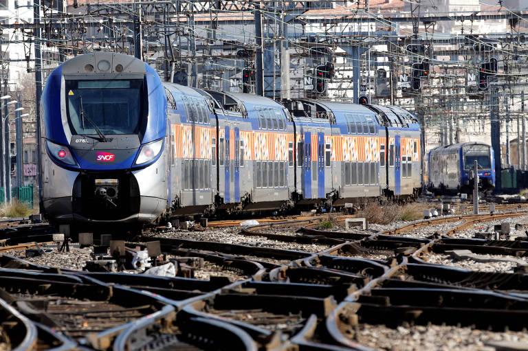 Trem da estatal francesa ferroviária SNCF chega a estação de Marselha; Macron prevê reforma na empresa e enfrenta resistência de sindicatos