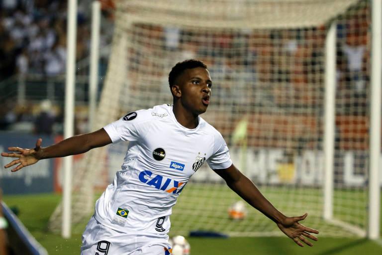 Rodrygo festeja gol do Santos contra o Nacional, do Uruguai, no Pacaembu