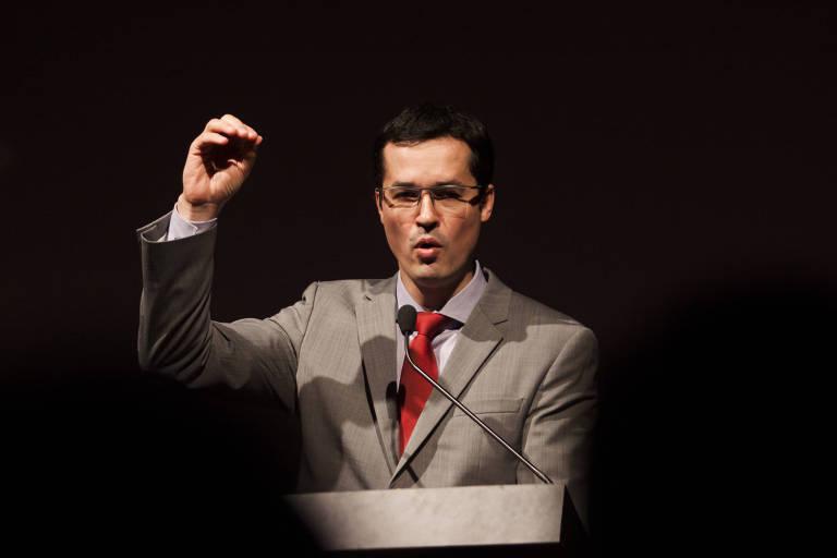 O coordenador da força-tarefa da Lava Jato, Deltan Dallagnol, gesticula e fala em palestra sobre ética na 37ª Jornada Paulista de Cirurgia Plástica, no hotel Hyatt, em São Paulo, em junho de 2017